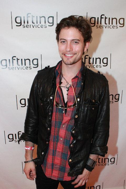 Teen Choice Awards 2010 - Página 2 Gifting_001