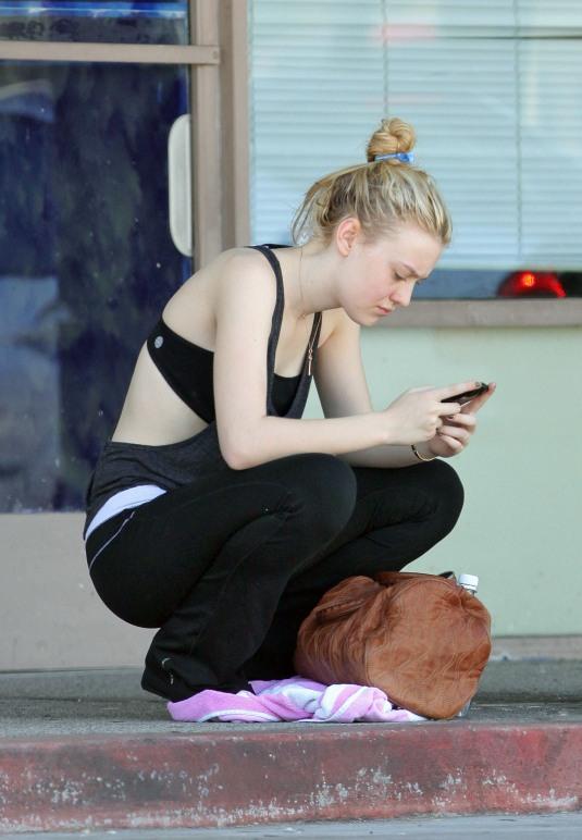 Dakota Fanning / Michael Sheen - Imagenes/Videos de Paparazzi / Estudio/ Eventos etc. 0052s0a8