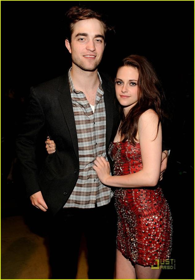 MTV Movie Awards 2011 - Página 3 Robert-pattinson-kristen-stewart-holding-hands-mtv-movie-awards
