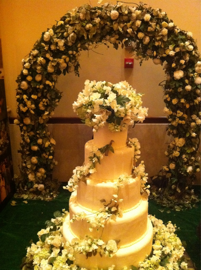 bellas wedding cake breaking la torta de boda de en el stand 11261