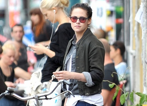 *EXCLUSIVE* Kristen Stewart sightseeing with friends in Berlin **USA ONLY**